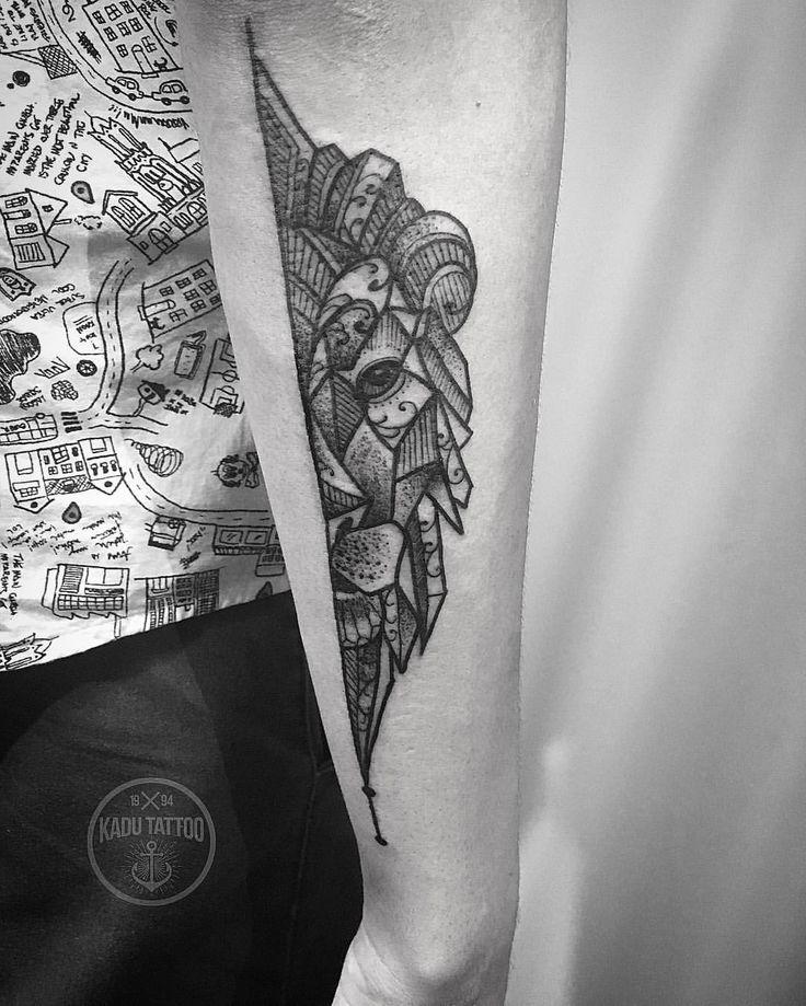 O leão do cliente João Paulo , valeu mano, até a próxima!!! . Contato para orçamento e e agendamento no tel 27 999805879 com Bruno , de segunda a sexta de 8 as 18 hs . Snap: Kadutattoo . #Kadutattoo #tattoo #tattoos #tattoo2me #tatuagem #tatuagens #lion #liontattoo #geometrictattoo #dotworktattoo #dotwork #blackwork #blackworkers #blackworkerssubmission #leão