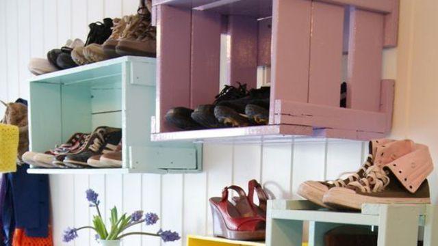 Une solution de rangement originale avec des caisses de bois repeintes et accrochées au mur. Vu sur Pinterest.