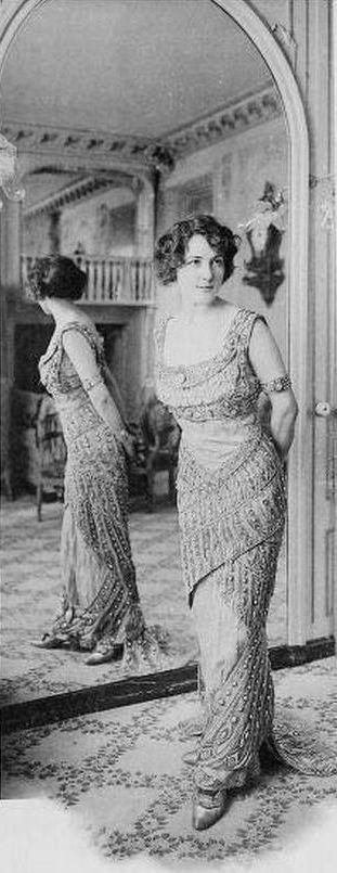 Ces photos prises par le photographe G. Agié montrent les coulisses des premiers créateurs de haute-couture parisiens. Elles viennent d'un magazine qui s'appelait «Les créateurs de la mode» et qui a été publié en 1910. Une première série d'images présente les ateliers de confection avec les ouvrières et les différents métiers de la conception à …