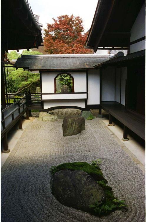 Japanese  dry landscape garden at Obai-in (黄梅院), Daitokuji Zen temple, Kyoto  http://www.japanesegardens.jp/gardens/famous/000098.php