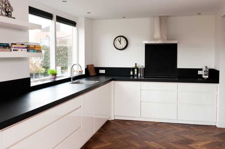 Houten vloer zwart werblad strakke witte fronten keuken for Keuken op houten vloer