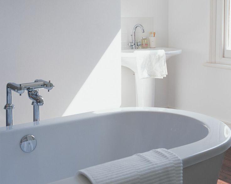 Tirez le meilleur parti de la lumière naturelle avec un blanc immaculé. Le blanc pur s'harmonise avec les lignes contemporaines de cette salle de bain où le soleil crée des zones d'ombres et de lumière.