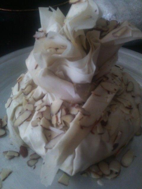 Queso Brie envuelto en pasta filo con almendras...