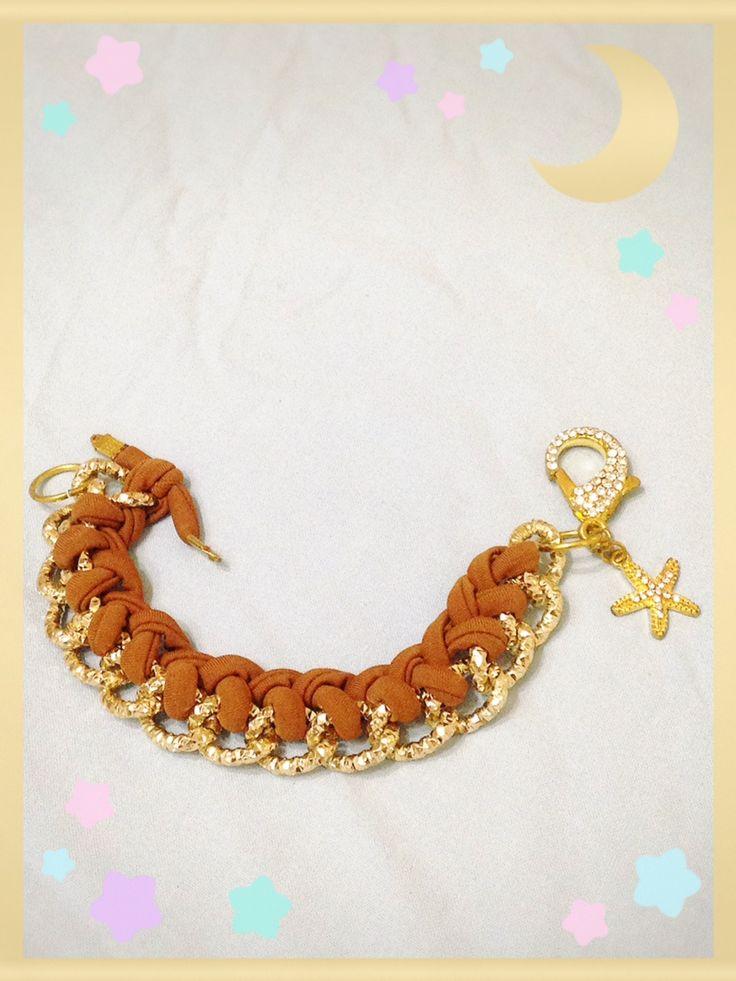 Bracciale marrone chiaro realizzato con tecnica ad intreccio sulla catena. Sono disponibili di vari colori anche su ordinazione. Contattatemi!! email:butterflydilaura@gmail.com