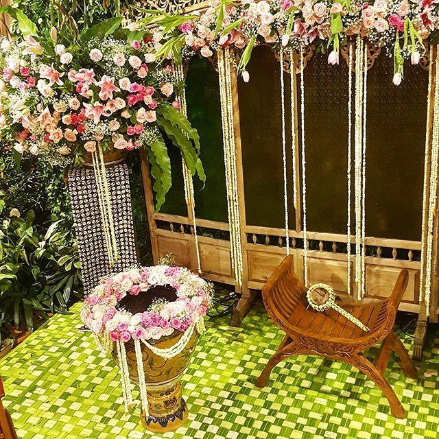 Rangkaian dekorasi untuk acara pengajian dan siraman @anindyanindita @rifkyahm dengan konsep jawa garden  #azkaanggunart #decorationplanner #siraman #dekorasisiraman #pengajian #dekorasipengajian #javanese #javanesewedding #javaneseceremony  #gebyok #pergola #joglo #freshflower #flowerarrangement