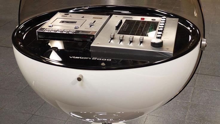 """Stereoanlage """"Vision 2000"""" , 1971 - Entwurf von dem Industriedesigner Thilo Oerke . Prototyp bestand aus Schallplattenspieler, Verstärker und Lautsprechern. 1971 an die Firma Rosita Tonmöbel verkauft, ging mit Radio und Kassettenspieler in Serie. Die Audiogeräte von Phillips, Telefunken und Grundig wurden zugekauft. Material: Kunststoff, verchromter Kunststoff, Tapedeck defekt  Wert 1000 - 1200 € mind."""
