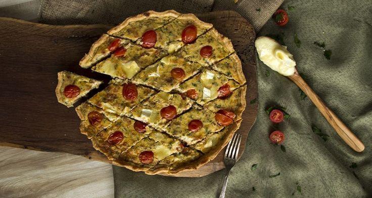 Τάρτα με τυρένια ζύμη και υπέροχη γέμιση με μπέικον, κατσικίσιο τυρί και καραμελωμένα κρεμμύδια.