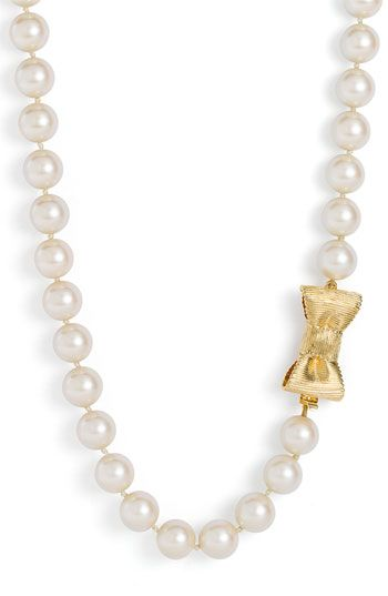 Pearls necklace with a bow closure via Jit.