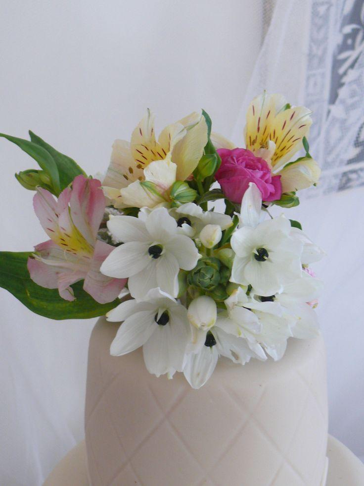Con flores naturales Allium Napolitanum, Alstroemelias, rosas de Pitiminé, Kalachoe...