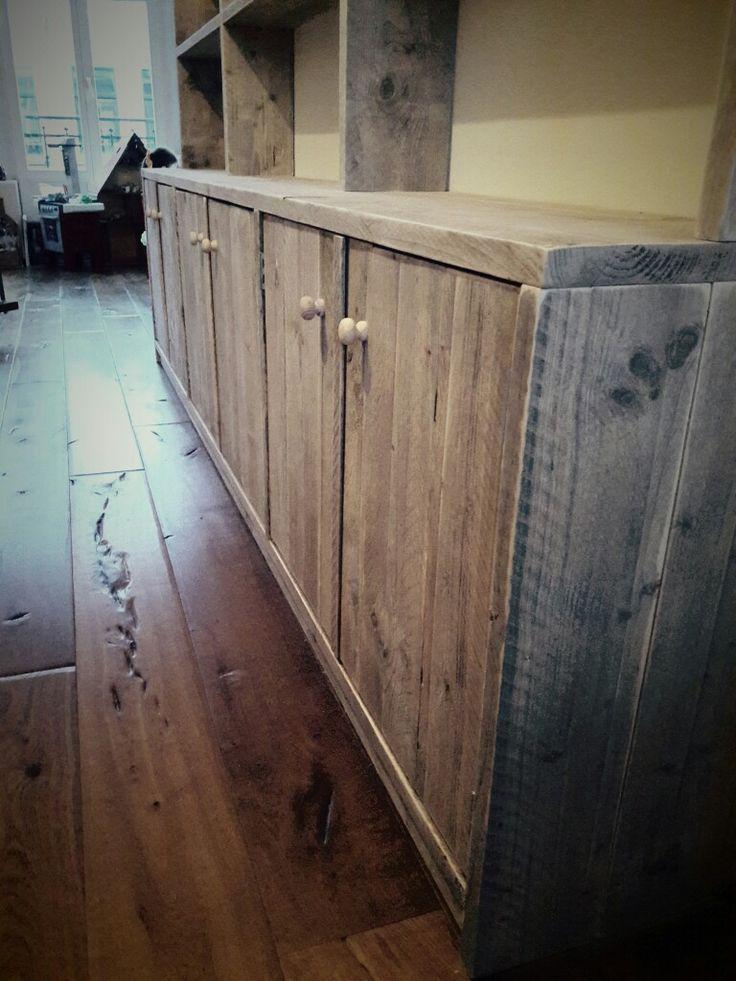 Boekenkast op maat gemaakt voor een klant in Amsterdam. De kast is gemaakt van mooie retro planken. De afmetingen van de kast zijn 285cm breed en 200cm hoog. De diepte is onder 35cm en boven 20cm. #maatwerk #boekenkast #interieur #home