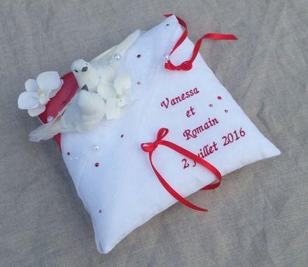 Coussin porte alliance mariage rouge et blanc thème paix et amour  décor : 2 colombes blanches, ribambelle perles, strass, 2 fleuron d'orchidée dimensions : environ 20x20 cm  - 19145354