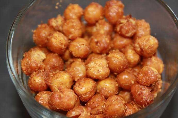 Gezonde snacks kikkererwten met honing, kaneel en kokosolie