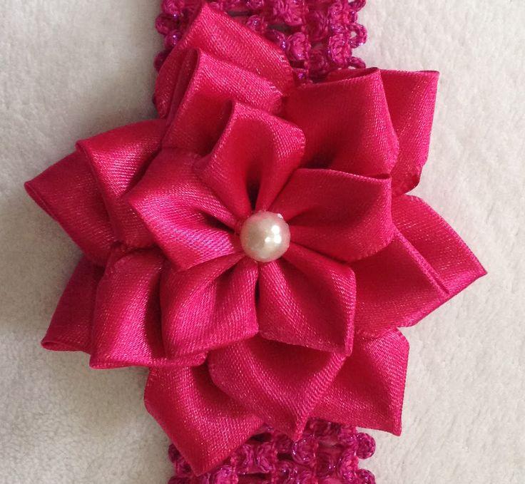 Flor de Cetim feita com fita de cetim. Simples, delicada e fácil de fazer. Facebook: https://www.facebook.com/canalcarolrodrigues/