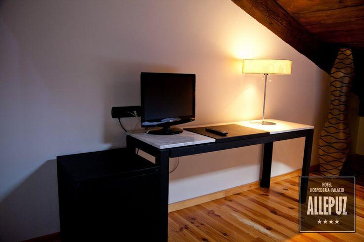 Servicio Habitaciones: Tv pantalla plana, teléfono, mini bar, caja fuerte, hilo musical, baño completo con secador, climatización, mesa de trabajo, wifi gratis en zonas comunes... http://www.hospederiaallepuz.es/reserva/
