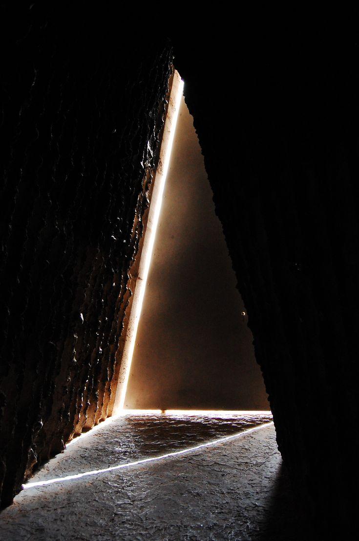 https://ruscarch.wordpress.com/2014/12/04/lanima-del-foc-la-forca-de-la-terra-arquitectura-minima/ Bruder Klaus Chapel, Mechernich, Peter Zumthor