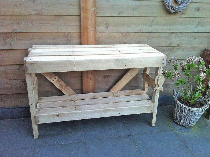 Sidetable van 2 pallets gemaakt,een pallet in de lengte op maat zagen, de andere pallet uit elkaar halen en de losse planken/balken gebruiken.