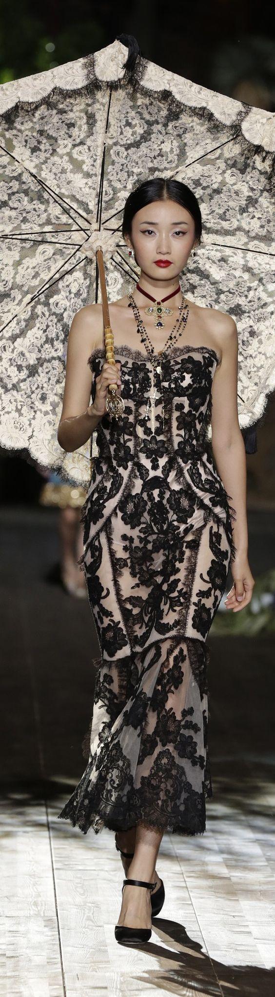 Esoticità ed eleganza, abito di Dolce & Gabbana