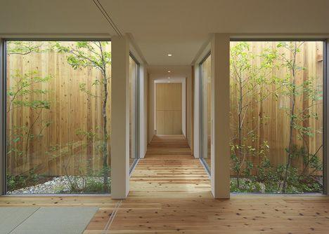 Casa en  Nishimikuni por Arbol Design.  La luz de los patios interiores y la vegetación de bambú crean un ambiente japonés con toques nórdicos gracias a la madera. #Esmadeco.