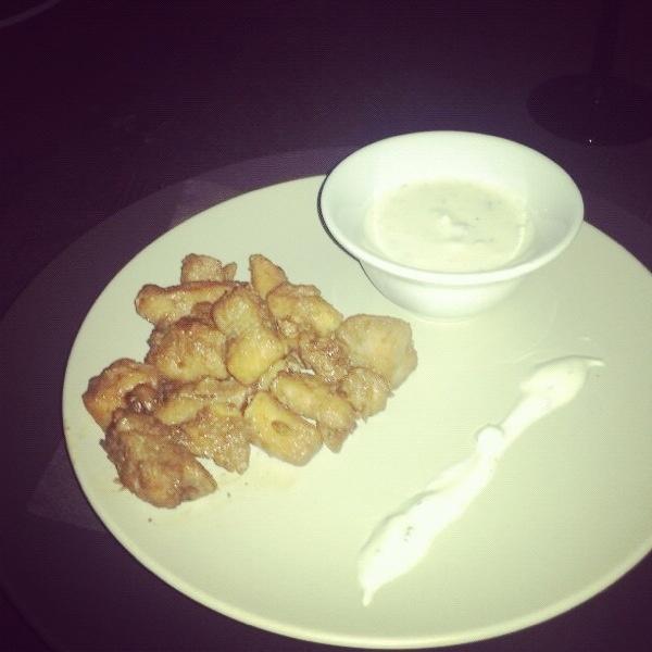 Een voorgerecht door zus. Gemarineerde kip, zelf gemaakt en Griekse yoghurt saus met munt.. Nice, nice!