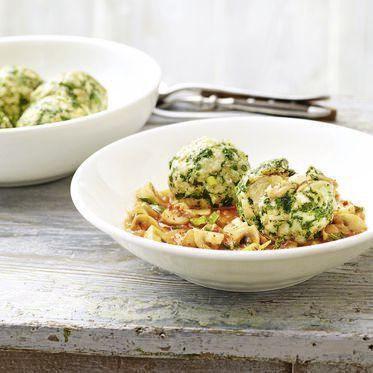 Mangold-Brezen-Knödel mit Pilzragout Rezept | Küchengötter