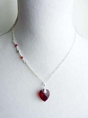A-Symetrische Sterling Zilveren Ketting met een echte Swarovski kristal siam hart hanger