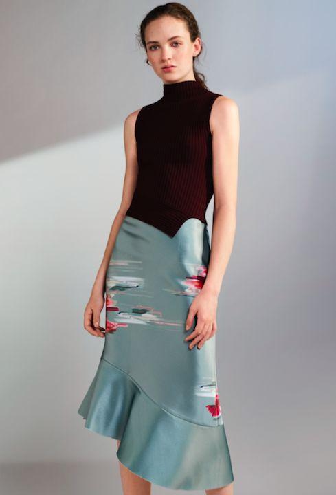 Une fois encore, H&M nous prouve que la mode peut être belle ET eco-friendly grâce à sa nouvelle collection Conscious.   Cette collection de vêtements imaginés pour les occasions spéciales convient à tous les membres de la famille: les femmes, les hommes et les enfants. Chaque pièce est confectionnée à partir de matériaux recyclés.   La mannequin et philantrope Natalia Vodianova.  Focus: fashion, top col roulé moulant foncé, jupe satinée avec des motifs