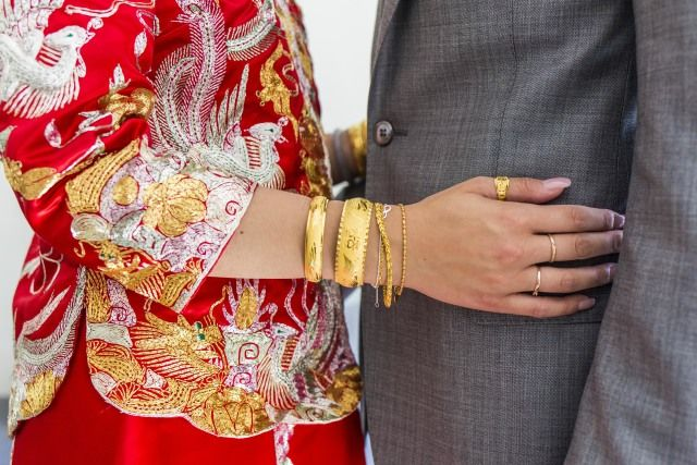 Bruid en bruidegom. Zij draagt een traditionele Chinese klederdracht.