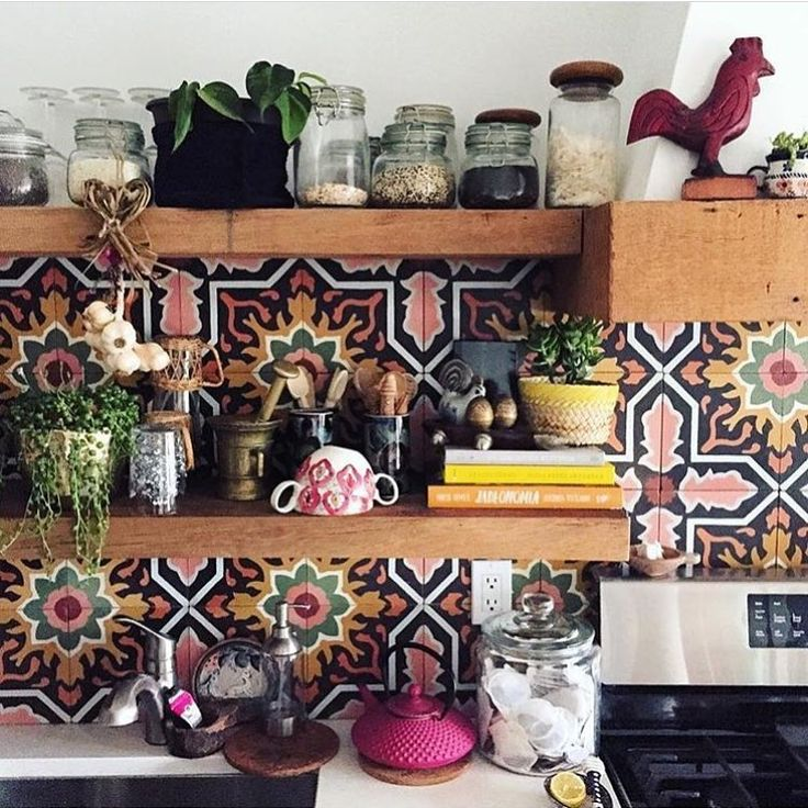 This backsplash is what's missing in my life. I love colour and pattern, it creates so much interest and genuinely makes me happy. Repost from @thejungalow