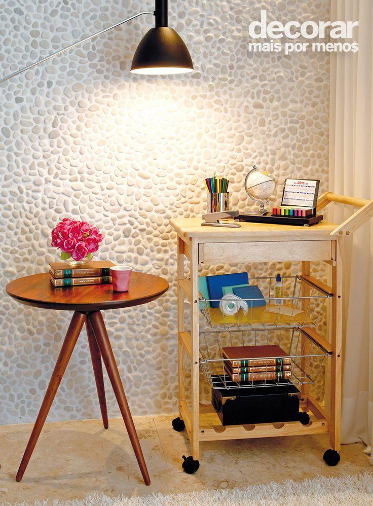 Revista Decorar Mais por Menos - A fruteira pode se tornar um prático armário de escritório! Aqui os cestos organizam os materiais e o tampo acomodou o porta canetas e o calendário.