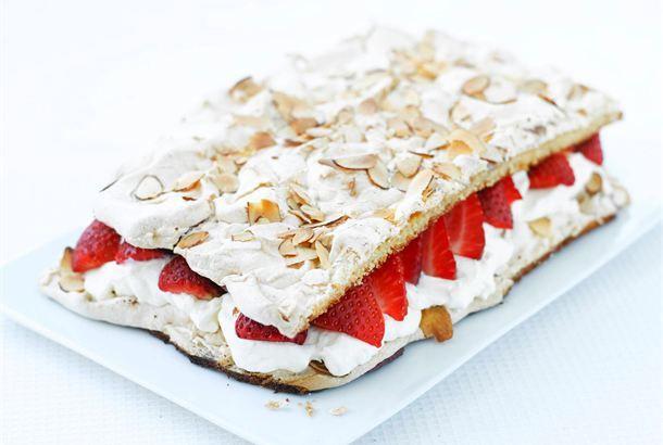 Brita-kakku  ✦  Ihastuttavan kesäinen Brita-kakku saa täytteekseen vaahdotettua kermaa ja raparperihilloketta. Hillokkeen sijasta voit käyttää tuoreita mansikoita. Tarjoa kakkua jälkiruokana tai kahvipöydässä. http://www.valio.fi/reseptit/brita-kakku/