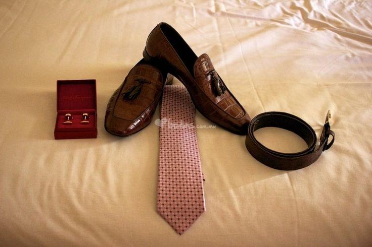 Es muy importante que el calzado combine con el cinturón, y se puede buscar también la uniformidad con el reloj y las mancuernillas. Pero, sobre todo, hay que ponerle atención a los calcetines: deben cubrirte la piel de la pierna y pueden ser oscuros o combinar con la ambientación de la boda y el look de los padrinos  Si quieres darle un color alegre y moderno a tu look, jugar con los colores de los calcetines y de las agujetas es tu mejor