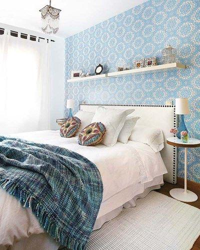 Uma das formas de renovar o quarto assim rapidamente é modificar algo na área da cabeceira da cama (ou ela própria). Afinal, a cabeceira da cama é um ponto focal em quase todos os quartos!