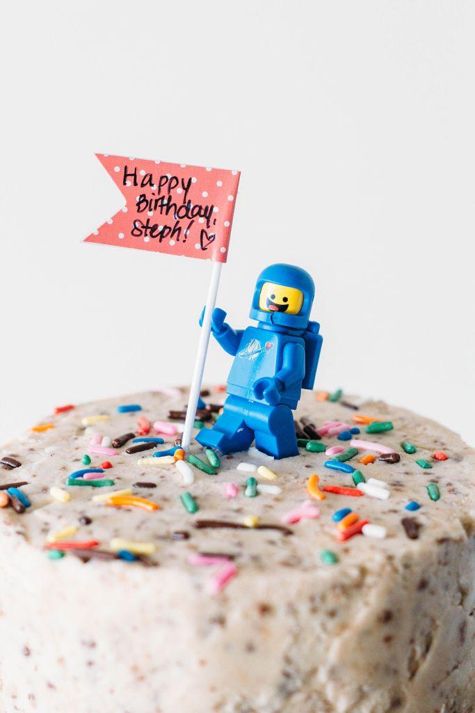 Использование игрушек Lego в декоре торта