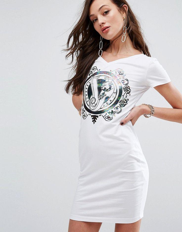 ¡Consigue este tipo de vestido informal de Versace ahora! Haz clic para ver los detalles. Envíos gratis a toda España. Vestido estilo camiseta con logo metalizado tornasolado de Versace Jeans: Vestido de Versace, De punto elástico, Escote de pico, Logo en la parte delantera, Corte estándar - se ajusta al tallaje real, Lavar a mano, 94% algodón, 6% elastano, Modelo: Talla UK 8/EU 36/USA 4; Altura de 178 cm/5'10. Con la incorporación de Donatella, la firma de moda italiana Versace añade...