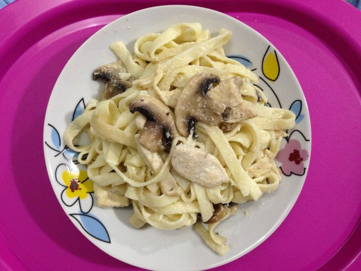 Fettuccine with sliced chicken breast & fresh mushroom with sauce blanche
