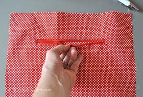 Wie man einen Reißverschluss in ein Täschchen näht, habe ich euch hier gezeigt. Nun zeige ich euch, wie man eine Innentasche mit Reißversch...