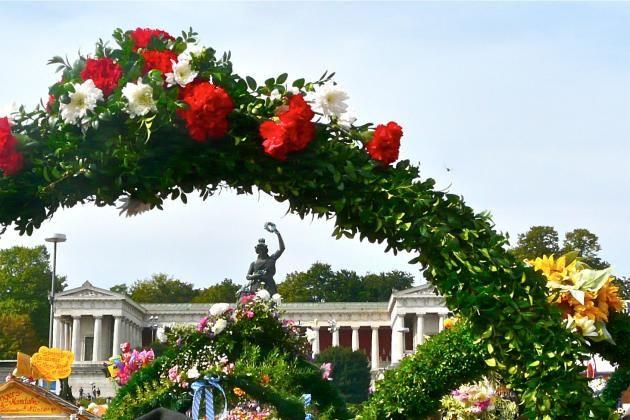 Die Geschichte des Oktoberfests begann mit der Hochzeit des Prinzenpaares Ludwig I. und Therese von Sachsen-Hildburghausen im Oktober 1810. Wie alles begann auf der Theresienwiese Es war im Oktober 1810, als das heutige Oktoberfest mit der Hochzeitsfeier für den Kronprinzen Ludwig I. und Prinzessin Therese von Sachsen- Hildburghausen seinen Anfang nahm. Anlässlich der Hochzeit fanden in ga ...