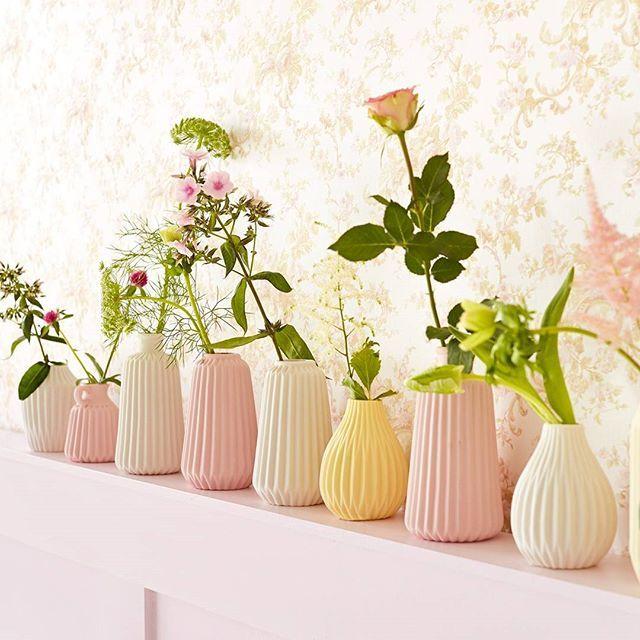 Eijffinger Chambord - Chambord is een collectie vol lieflijk verlangen, met een rijkdom aan technieken en patronen. Nostalgische bloemen, subtiele ornamenten, lichtglanzend damast, een ranke streep. Vol subtiele tinten, van parelmoer, jade en champagne to