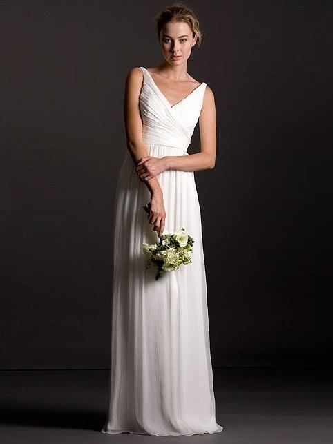 Einfache Hochzeitskleid mit einem gewinnenden V-Ausschnitt und einem crinkle Mieder. Dekorative bezogene Knöpfe an der Seite von Naht Reißverschluss. Lange schlanke Rock fällt mühelos und elegant. Gute Option für die Braut, die klassische Eleganz am Tag ihrer Hochzeit will. Komplett gefüttert.