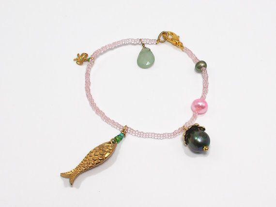 Bedel armband met groene en roze parels en een vis door JackysJewels
