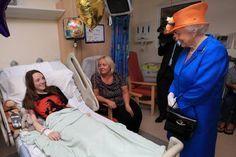 """A rainha Elizabeth II visitou nesta quinta-feira (25) um hospital onde estão os feridos do atentado terrorista em Manchester e disse que """"foi um choque para todos, mas que o país permanecerá unido"""". """"É terrível ter feito de alvo um evento deste tipo"""", criticou a soberana, referindo-se ao show da..."""