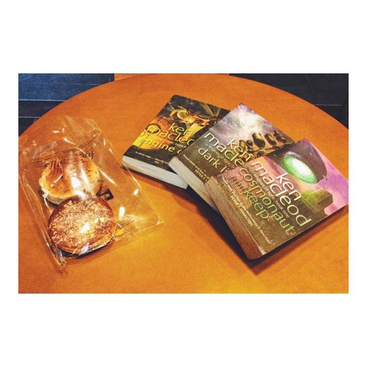 友達からのプレゼント Thanks Syaza for delicious breads :) スタバで読書しまくり中のところ 通りかかった現地の友人に パンをプレゼントしてもらえましたV(_)V  給料日になるとChenang Mallに 友人たちが集結してくるので 久しぶりに話すことができて嬉しいです( )  ちなみにミステリー小説は読み終わったので 今からは長編SFに突入します  もともとSFジャンルが好きで 小学校の頃は図書館のSFコーナーも 制覇していたので楽しみです  Thank you again Syaza!! (o) #プレゼント #プレゼント #素敵なプレゼントありがとう #プレゼントは #プレゼントありがとう #プレゼント嬉しい #プレゼントいっぱい #プレゼント貰った #海外移住 #マレーシア留学 #マレーシア生活 #マレーシア土産 #マレーシアなう #読書好き #sf #サイエンスフィクション #サイエンスフィクション専攻 #サイエンスフィクション博物館 #専攻はサイエンスフィクション #読書の秋 #読書の時間 #読書の秋 #読書の秋先取り…