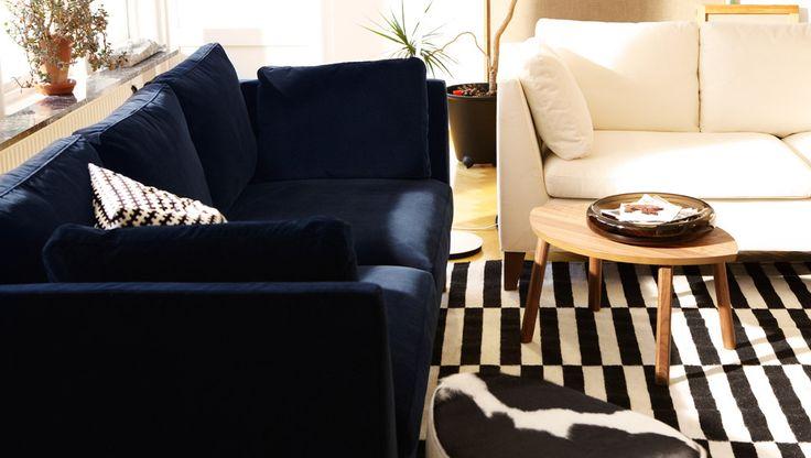 """Wohnzimmer eingerichtet mit Produkten aus der STOCKHOLM Kollektion u. a. STOCKHOLM 3er-Sofa Bezug """"Sandbacka"""" schwarz + Bezug """"Röstånga"""" weiß, STOCKHOLM Satzisch Nussbaumfurnier, STOCKHOLM Hocker Lederbezug """"Delikat"""" weiß/schwarz + flach gewebter IKEA STOCKHOLM RAND Teppich schwarz/elfenbeinweiß"""