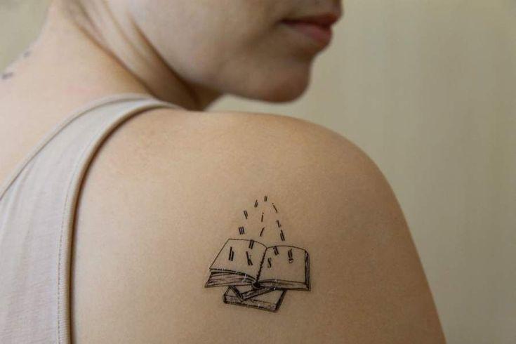 Könyves tetoválás matrica