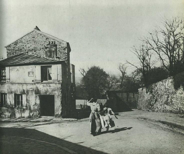 """Montmartre en 1905. Une femme et sa fille descendent la rue des Saules, au coin de la rue de l'Abreuvoir et la future """"Maison Rose""""... (photo collection Barthélémy)  (Paris 18e)"""