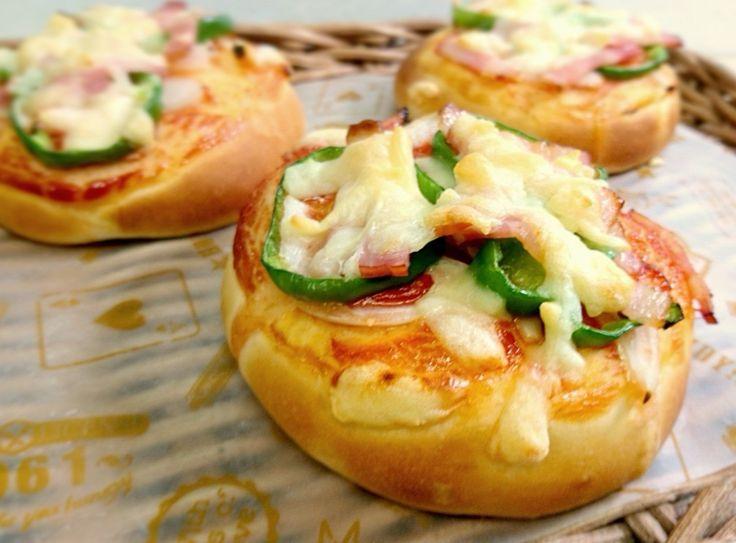 野菜やベーコン、チーズがたっぷりのピザぱん♡ 成形も簡単、お手軽に作って朝食やランチにいかがですか^^