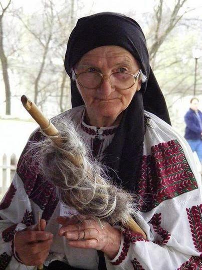 Femeie trecând lână.  Tradiție românească