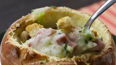 Manda essa colherada para cá! Você vai precisar de: 1 pão italiano 1 colher de sopa de requeijão 1 e 1/2 xícara de queijo parmesão ralado 3 batatas médias cozidas 3 copos de água 1 c. de sopa de azeite 1 dente de alho 2 unidades de alho-poró 1 calabresa em cubos (200g)