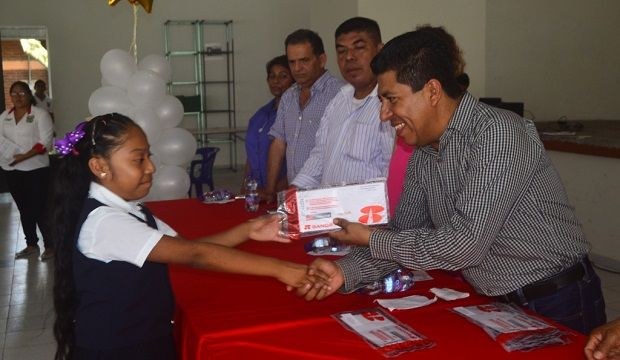 Presidente de Cazones entrega tarjetas bancarias a niños Becados por buen promedio - http://www.esnoticiaveracruz.com/presidente-de-cazones-entrega-tarjetas-bancarias-a-ninos-becados-por-buen-promedio/