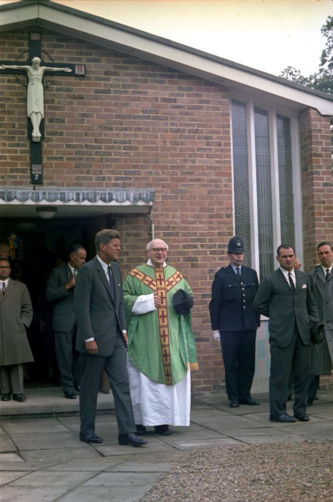 1963. 30 Juin. By Robert KNUDSEN. KN-C29356. President John F. Kennedy Departs Church in England. President John F. Kennedy departs Our Lady of the Forest Church, Forest Row, England, with Father Charles P. Dolman (center) following mass. White House Secret Service agent, Walt Coughlin, stands second from right